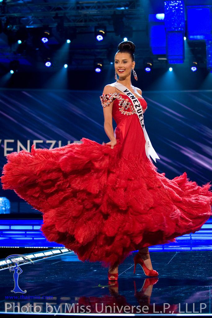 Miss Venezuela en traje de gala